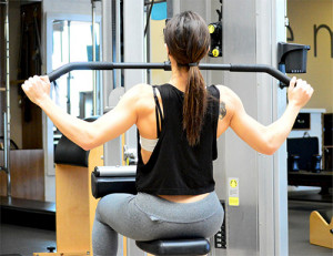 woman doing a lat pulldown