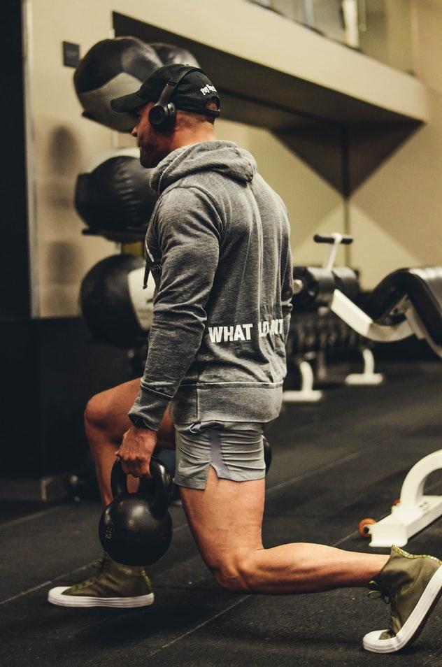 Man-kettlebell-squat